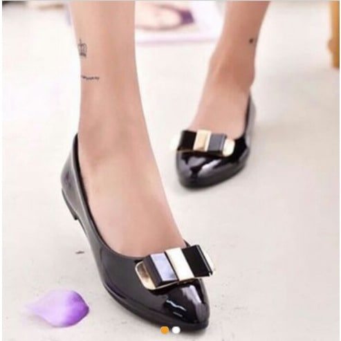 Pointed Flat Shoes With Metal Bow - Black